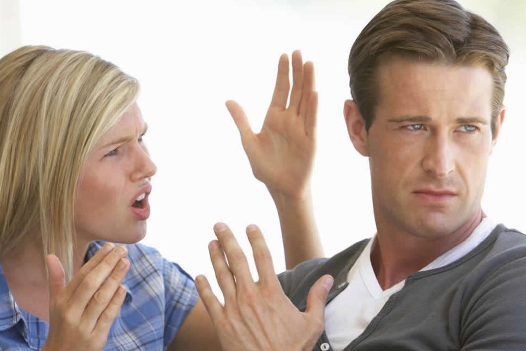Casal discutindo por ciúme