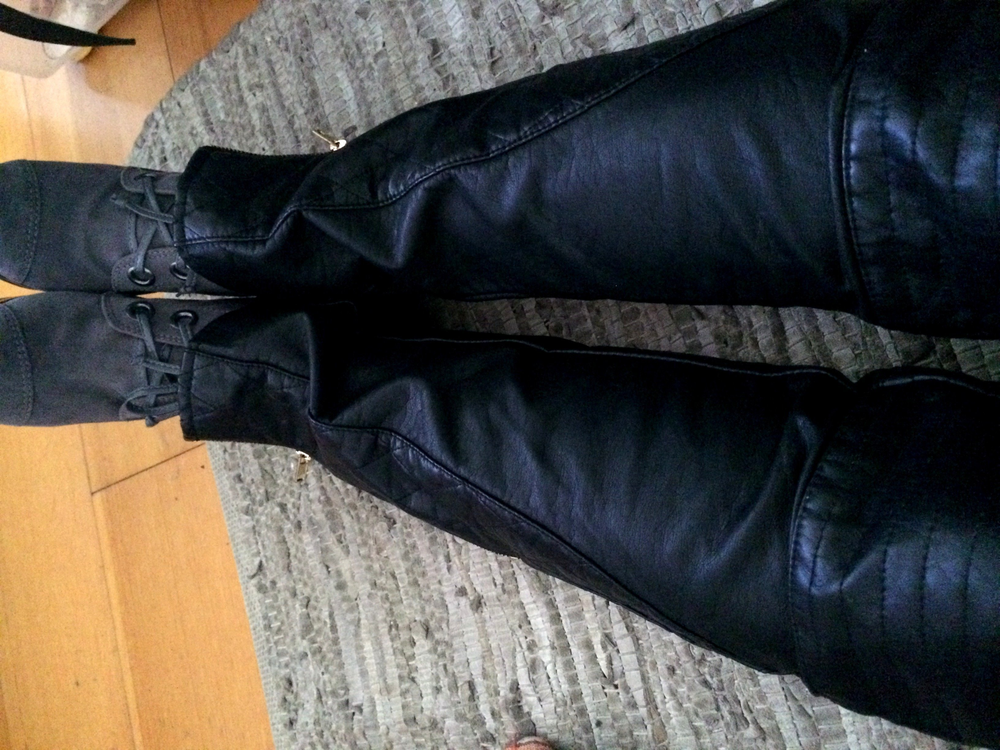 detalhe-calca-couro-preta-boot-arezzo-cris-cardoso