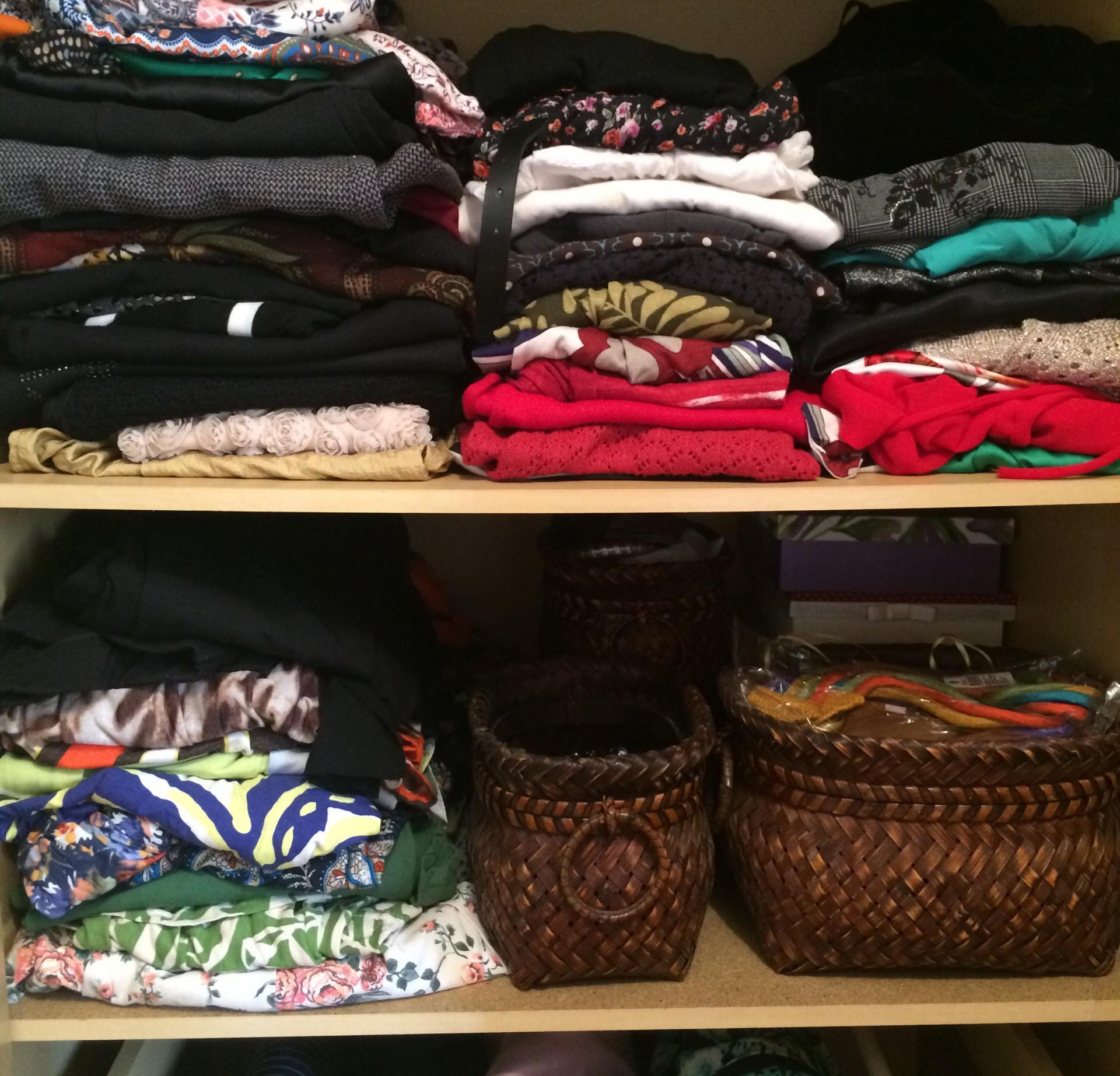 como-organizar-prateleira-roupa-acessorio